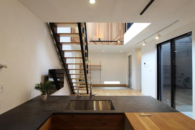 「大きな吹き抜けとデザイン階段が美しい家」完…